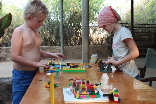 Och hennes syskon Hugo och Bennine upptäcker varandra på nytt som syskon då dom leker tillsammans på dagarna