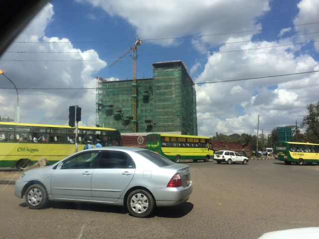 Dagens gatuvy i Nairobi - Ett vansinnigt byggande och lika vansinnig trafik