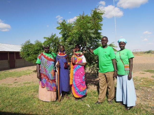 Några av LEDO medlemmarna. Se så ambassadörens träd har vuxit sen april i fjol!