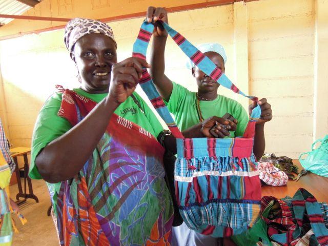 Symprose och Jennifer i syprojektet visar stolt upp sina väskor