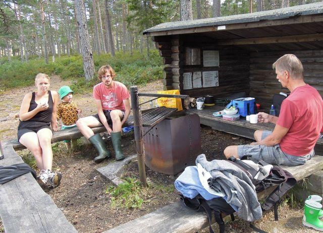 Fikapaus i blåbärsskogen med Liza, Manfred och Martin