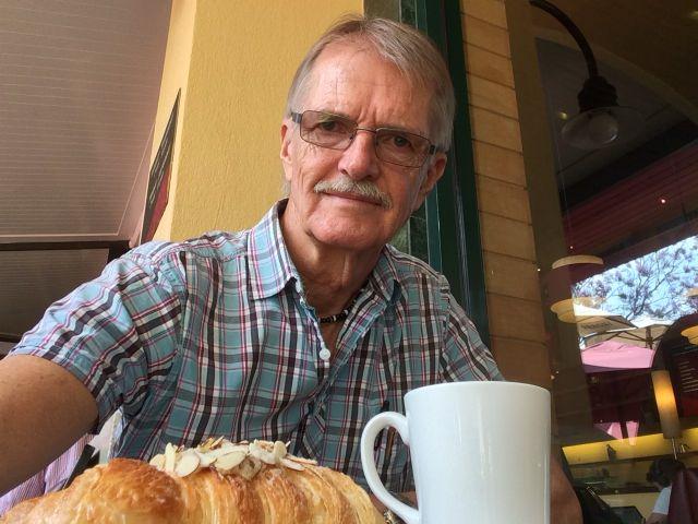 SAKNAR NÅGON! Får njuta bäst man kan av Java House croissant och nybryggt kaffe!