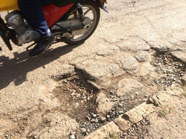 Ett alltför vanligt tillstånd på gator och vägar. Långt mellan reparationstillfällen!