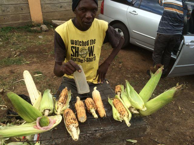 En annan gatuförsäljare som får lite inkomst. 3 kr för en stor, 1.50 kr för en liten rostad!