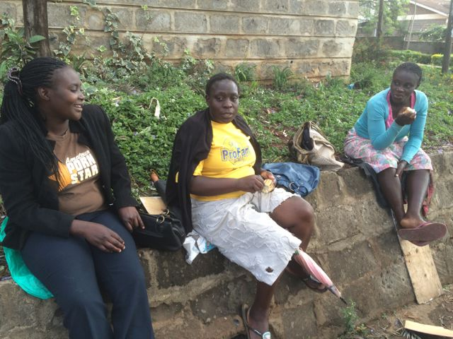 Tre damer som hoppas på ett tillfälligt hushållsjobb. Dom sitter väntande lite varstans i gathörnen!