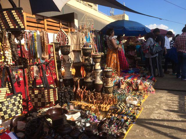 """Och så Masaimarknaden förstås med allt sitt otroliga utbud av """"handicraft"""". Fann inte dom flip-flop som jag sökte efter. Kineserna handlade desto mer!"""