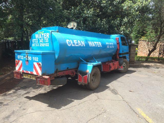 Vattenledningsnätet är otillräckligt - Tankbilar åker kors och tvärs för att fylla på där det brister
