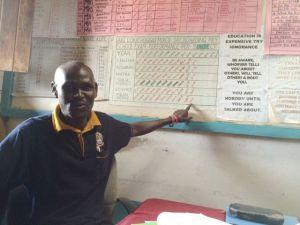 Moses pekar på skolans goda resultat - etta i Turkana!
