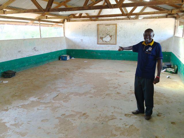 Rektor Moses Areman vädjar om bänkar till sitt tomma klassrum där eleverna sitter på golvet!