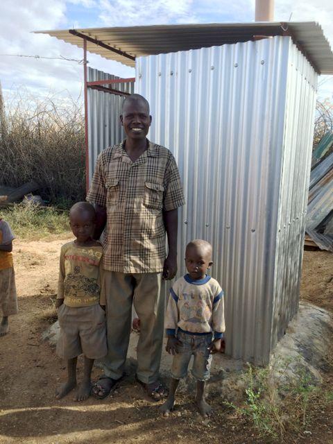 James Egot med sönerna Ezekiel och Stephen. Mycket glad och tacksam för sin latrin!
