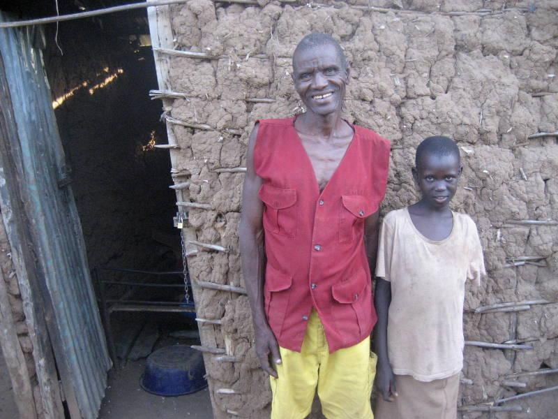 Apua med pappa Solomon när hon kom till byn för 3 år sedan