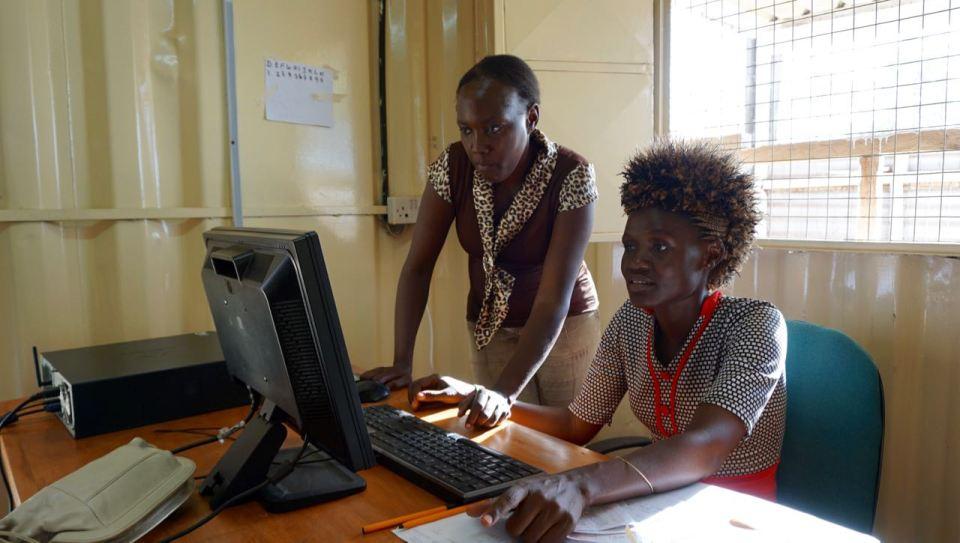 Mary tillsammans med Maureen som sköter den digra administrationen av studiestödsprogrammet