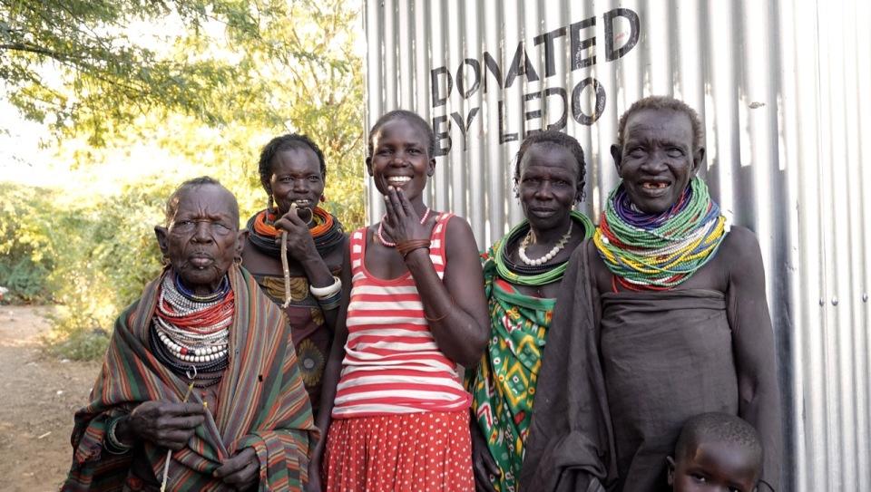 Margret Kimokoe tillsammans med några av grannarna, sammanlagt c:a 20 personer som använder den nya latrinen