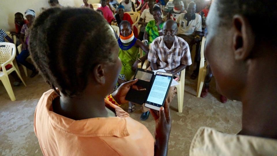 Selina läser bibeln både på swahili och engelska!